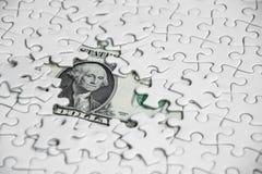 Ontbrekende puzzelstukken op de achtergrond van de gelddollar, Zaken Royalty-vrije Stock Foto's