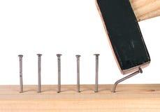 Ontbroken in het hameren van spijker in houten plank. royalty-vrije stock afbeelding