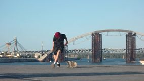Ontbroken met een skateboard rijdend truc stock footage