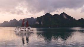 Ontdek Halong-Baai Hoogste Bestemmingen Vietnam Van het de voeringsschip van cruisezeilen eilanden van de de troep varende rots d stock foto