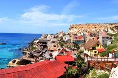 Ontdek het dorp van Popeye in het midden van een mooie inham royalty-vrije stock foto