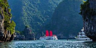 Ontdek van het schiphalong van voeringszeilen de Baai Hoogste Bestemmingen Vietnam royalty-vrije stock fotografie