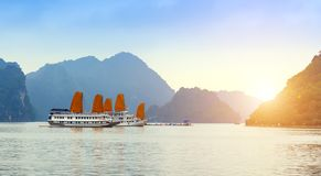 Ontdek van het schiphalong van voeringszeilen de Baai Hoogste Bestemmingen Vietnam stock afbeeldingen