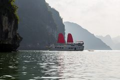 Ontdek van het schiphalong van voeringszeilen de Baai Hoogste Bestemmingen Vietnam royalty-vrije stock afbeeldingen