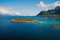 Ontdek wereld Ronde wereldcruise Eiland steenachtig omringd idyllisch zeewater in Noorwegen Zeegezicht met eiland op zonnig royalty-vrije stock foto's