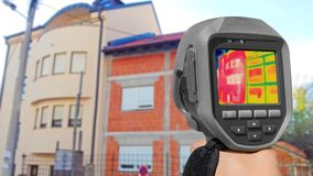 Ontdekkend Hitteverlies buiten de bouw van Gebruikende Thermische Camera royalty-vrije stock afbeelding