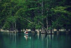 Ontdekkingsreizigermens het kayaking op meer Stock Afbeeldingen