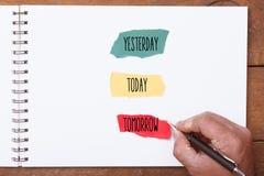 Ontem, hoje e amanhã, escrita da mão nas partes de papel fotos de stock