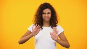 Ontevreden biracial wijfje die handen kruisen, die geen gebaar aan camera, verbod tonen stock video