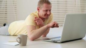 Ontevreden freelancer beman debat aan collega's in een videopraatje op laptop op de vloer stock video