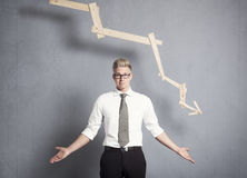 Ontevreden zakenman voor grafiek met negatieve tendens. royalty-vrije stock foto's