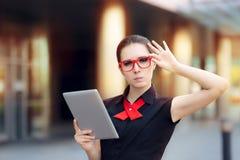 Ontevredenheidsonderneemster met PC-Tablet en Rode Glazen Stock Foto's