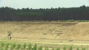 Ontginnend dagbouwextractie van de bouw van geel zand, hoogte - het bouwmateriaal van de kwaliteitsindustrie, verwoesting van stock video