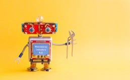 Onthaal aan de industrie 4 0 Concept IT de robot van specialisten steampunk machines, lichaam van de smiley het rode hoofd, blauw royalty-vrije stock foto's