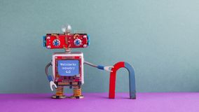 Onthaal aan de industrie 4 0 Concept Vriendschappelijke robot rode blauwe hoefijzermagneet Steampunkmachines cyborg, blauw smiley royalty-vrije stock afbeeldingen