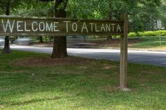 Onthaal aan het teken van Atlanta op het Lineaire Park van Olmsted stock afbeeldingen