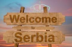 Onthaal aan het teken van Servië op houten achtergrond met het mengen van nationale vlag stock fotografie