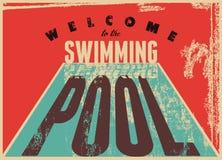 Onthaal aan het zwembad De zwemmende typografische uitstekende affiche van de grungestijl Retro vectorillustratie Stock Afbeeldingen