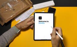 Onthaal aan Voorraden app op recentste iPad Pro royalty-vrije stock fotografie