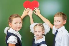 Onthaal terug naar school met liefde van kleine jonge geitjes stock foto's