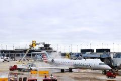 Ontijzelende bovenkant van Amerikaanse Eagle-vliegtuigen bij OHare-Luchthaven in Chicago Illiniois de V.S. 1 - 12 - - 2018 stock foto's
