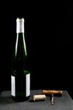 Ontkurkte wijnfles met utensiles Royalty-vrije Stock Foto