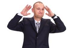 Ontmoedigd, unshaved zakenman die in een donker kostuum, zijn Ha opheffen stock fotografie