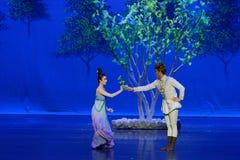 Ontmoet in de moerbeiboom de tuin-eerste handeling: de van de het drama` Zijde van de moerbeiboom tuin-epische dans Prinses ` stock foto