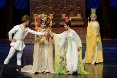 Ontmoet de opnieuw-tweede handeling: een feest in de van het paleis-heldendicht de Zijdeprinses ` dansdrama ` royalty-vrije stock foto