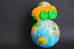 Ontop такси игрушки глобуса мира Стоковая Фотография RF