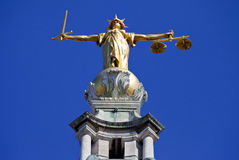 Ontop de Madame Justice Statue du vieux Bailey à Londres Image libre de droits