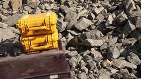 Ontploffing in open - gegoten mijnsteengroeve, werkend persenexplosiemiddel stock videobeelden