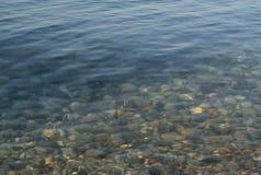 Ontruim als kristalwater van Meer Baikal De zomer Meer Baikal, Rusland Royalty-vrije Stock Fotografie
