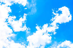 Ontruim blauwe hemel als achtergrond, de muurdocument van de hemelwolk, zonneschijndag, het behang van de pastelkleurhemel Stock Afbeeldingen