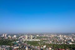 Ontruim blauwe hemel als achtergrondbehang, het behang van de pastelkleurhemel, met stad scape Royalty-vrije Stock Foto's
