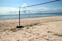 Ontruim Blauwe hemel, Blauwe overzees, strand, wolk, netto volleyball royalty-vrije stock afbeeldingen