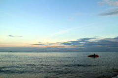 Ontruim Blauwe hemel, Blauwe overzees, wolk, zonsondergang, banaanboot royalty-vrije stock afbeelding