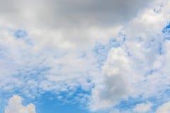 Ontruim blauwe hemel met bewolkt als achtergrondbehang, het behang van de pastelkleurhemel Stock Afbeelding