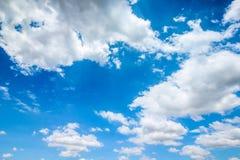Ontruim blauwe hemel met bewolkt als achtergrondbehang, het behang van de pastelkleurhemel Royalty-vrije Stock Fotografie