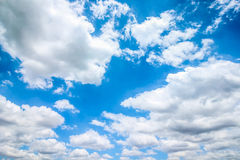 Ontruim blauwe hemel met bewolkt als achtergrondbehang, het behang van de pastelkleurhemel Royalty-vrije Stock Afbeelding
