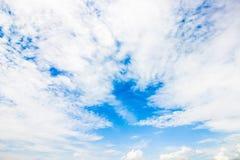 Ontruim blauwe hemel met bewolkt als achtergrondbehang, het behang van de pastelkleurhemel royalty-vrije stock foto's
