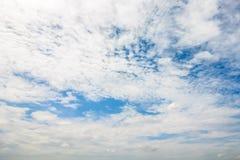 Ontruim blauwe hemel met bewolkt als achtergrondbehang, het behang van de pastelkleurhemel royalty-vrije stock afbeeldingen