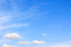 Ontruim blauwe hemel met bewolkt als achtergrondbehang, het behang van de pastelkleurhemel Stock Fotografie