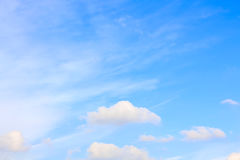 Ontruim blauwe hemel met bewolkt als achtergrondbehang, het behang van de pastelkleurhemel stock foto