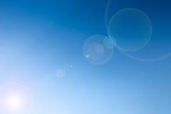 Ontruim blauwe hemel met lengloed als achtergrondbehang, het behang van de pastelkleurhemel Royalty-vrije Stock Foto