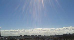 Ontruim blauwe hemel op een zonnige dag Royalty-vrije Stock Foto