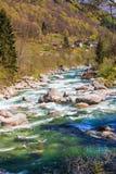 Ontruim en de stroom van het turquoistwater stock fotografie