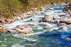 Ontruim en de stroom van het turquoistwater royalty-vrije stock fotografie