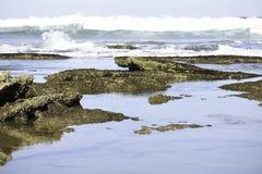 Ontruim Kalme Oceaanrotspools met het Ruwe Golven Naderbij komen royalty-vrije stock foto's