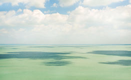 Ontruim nog turkoois water van Meer Balaton Stock Afbeeldingen